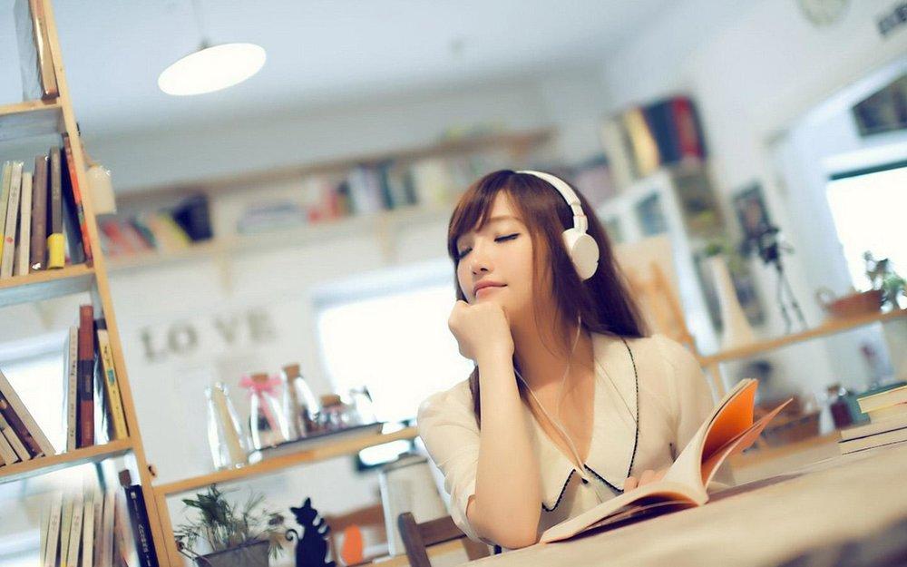 美女看书听歌
